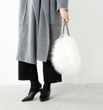 モノトーンファッションに映える真っ白なふわふわファーバッグ。ころんとした形が可愛らしく、きれいめコーデやパーティーシーンにも大活躍。