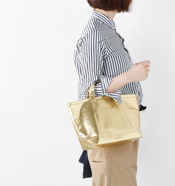 上品に輝くゴールドのバッグは、シンプルできれいめなファッションにも意外に合わせやすく、ファッションのスパイスとして活躍してくれます。