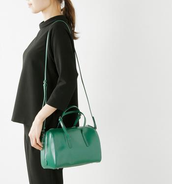 つややかできれいなグリーンが、モノトーンファッションに凛とした雰囲気で引き立ちます。