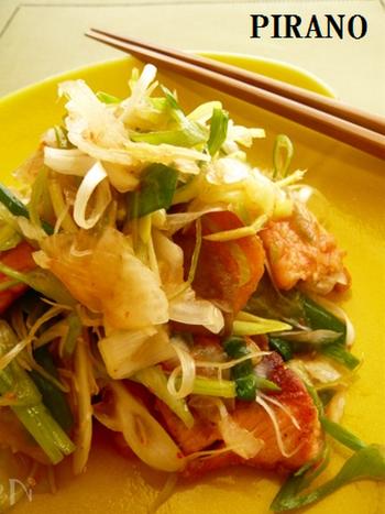香味野菜と鮭の和え物です。レシピも簡単なので、パパッと作れて便利です。鮭が出回るこの時期に是非いただきたい一皿です。ご飯のお供にも晩酌にも。寒くなるこれからの季節に意識して食べたいですね。