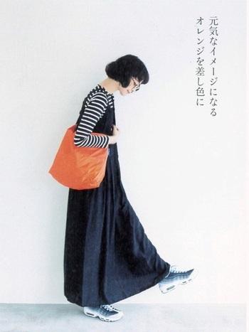 シンプルなモノトーンファッションに、元気なイメージのオレンジバッグをプラス。バッグだからこそ取り入れやすいカラーです。