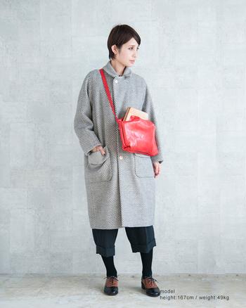 可愛い大きながま口バッグ。個性的で鮮やかな赤が、冬のファッションにぬくもりを添えてくれます。