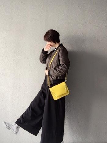 重くなりがちな冬ファッションを、パッと明るくしてくれるきれい色のバッグ。服には取り入れにくいカラーも、バッグなら取り入れやすいですよ。きれい色バッグで、冬ファッションに彩りをプラスしましょう。