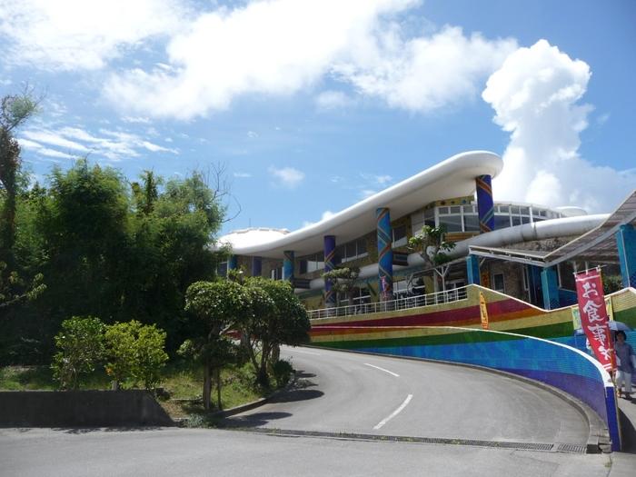 琉球ガラス美術館は、沖縄の最南端に位置する糸満市にあります。沖縄県で最大のガラス工房を持つ「琉球ガラス村」の一部として、約30年前に開館されました。
