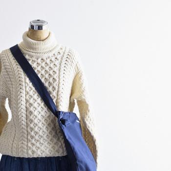 暗いトーンになりがちな秋冬コーデ。いつもワンパターンになっていませんか?そんなときは、きれいなカラーのバッグをさし色にして、気分を上げて冬コーデを明るくコーディネートしてみましょう◎