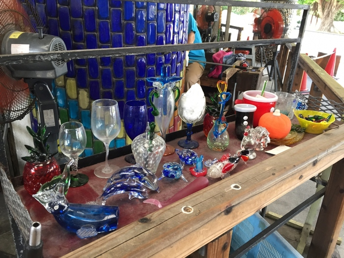 琉球ガラス美術館の魅力は、沖縄の伝統ガラス・琉球ガラスの作品を無料で観賞できるところ。琉球ガラスには、宙吹き法と型吹き法があります。また、ガラスの断片も大切な原料として再利用されているのが特徴の1つです。沖縄県の伝統工芸品にも認定され、地元住民を中心に愛されています。
