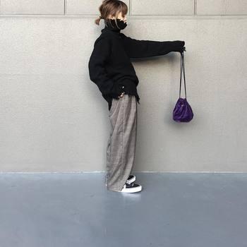 濃いめのパープルの巾着バッグは、モノトーンファッションのひかえめなさし色として活躍してくれます。オシャレ度がアップするカラーです。
