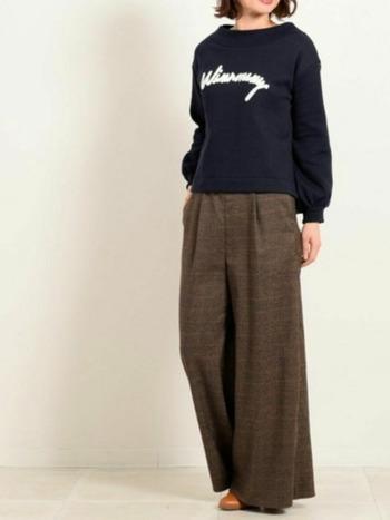 独特のぬめり感があるワイドパンツは、ゆったりと裾を揺らしてエレガントに。今年特にかぶりがちなチェック柄は、超太めをセレクトするのがベターです。