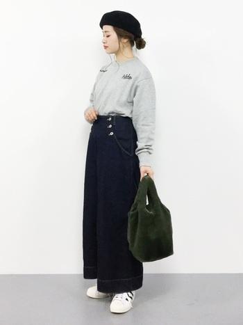 裾インがサマになる、ダブルボタンのデニム。濃紺を選べば、どんなトップスでキレイめに仕上げてくれますよ♪