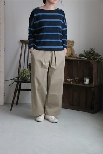 ワイドパンツをバランスよく着こなすには、やっぱりミニマムなトップスがお役立ち。ネイビー系を選んで、ボトムの膨張感を抑えましょう。