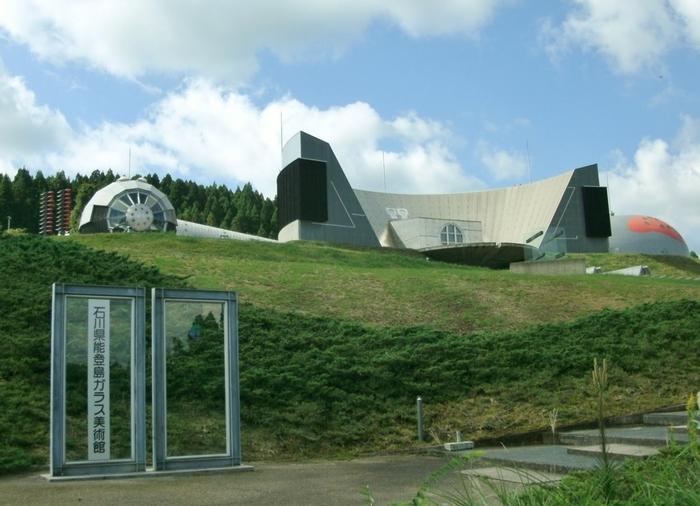 石川県能登島(のとじま)ガラス美術館は、石川県七尾市にあります。約400点のガラス作品を展示していることで知られています。また、海も見渡せる小高い丘にあるため日本海の綺麗な景色も楽しむことができます。