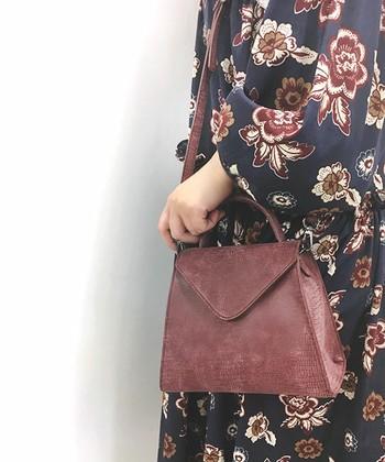 上品なパイソン柄のスクエアバッグ。スモーキーなボルドーが魅力たっぷりのカラー。花柄ワンピに合わせて大人可愛く、カジュアルにもきれいめにも幅広いコーディネートに合わせやすいバッグです。