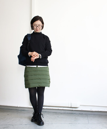 コーディネートののっぺり感を払拭する、中綿入りのキルティングスカート。ニットの裾から少しだけ白シャツを出すのも、こなれスタイルの秘訣です。