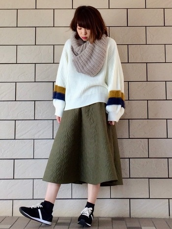 エアリーなキルティングスカートは、冬に必携のざっくりニットとも相性バツグン!仕上げにスヌードをONして、重心を高めに調節しておきましょう。