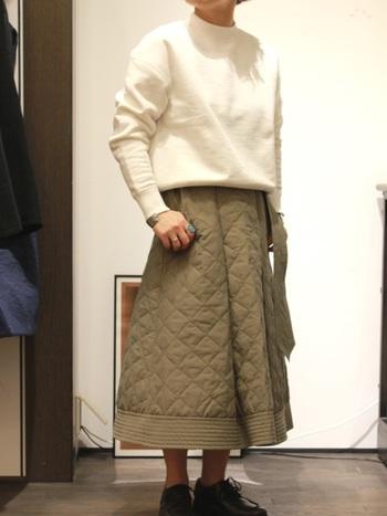ダイヤ模様と縞模様。一枚に複数のステッチが施されたキルティングスカートは、トップスがプレーンでも十分素敵にキマります!