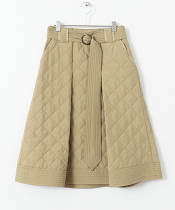 ニットにコーデュロイ、スウェードにベロア。冬らしい素材でできたスカートは、いつもの着こなしに季節感を呼び込んでくれます。そんな中、特にみなさんにオススメしたいのが「キルティング」。温かさだけでなく、カジュアルルックを大人っぽく仕上げてくれる優秀アイテムなんです。今回は、そんなキルティングスカートの魅力を、色別に大特集していきたいと思います!