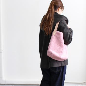 重くなりがちな冬ファッションに、可愛らしくキュートなピンクのボアトートバッグ。パッと華やぐ可愛らしさ。