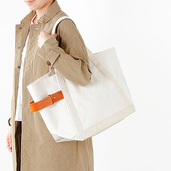 真っ白なバッグは、冬のコーディネートの明るいさし色にぴったり。レザーベルトが、上品でさりげないワンポイントになっています◎