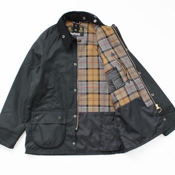 イギリスで生まれたアウトドアブランド「バブアー」の不動の人気商品がオイルコーティングされた防水のジャケットです。イギリスのアウトドアブランドらしく、インナーに施されたチェックがお洒落心を忘れず魅力的。