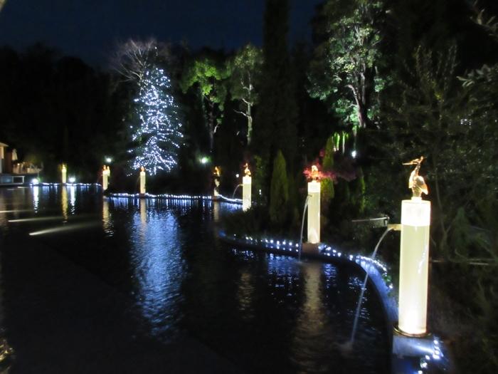 美術館の庭園にも、ガラスで作られた白鷺などの作品が展示されています。これらの作品は、夜が見どころ。というのも、夜になるとガラス作品がライトアップされるからです。道後温泉に訪れる機会があれば、道後ぎやまんガラス美術館にも足を運び、この美しく照らされるガラス作品を堪能してみてはいかがでしょうか?
