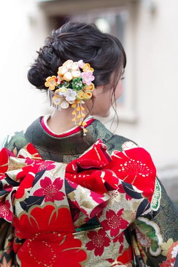 「振袖」に締めるも袋帯です。名古屋帯よりも長いので、様々な飾り結びができます。「振袖」の袋帯もデザインによっては、「訪問着」に合わせてもOKな物もあります。 結婚式などで「訪問着」の着付けを頼むと、ちょっとした飾り結びをしてくれることもありますよ。
