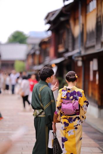 近頃、京都や金沢、浅草などの歴史のある街では、着物で散策している観光客を多く見かけます。着付けもしてくれるレンタルのお店が増えてきていますので、気軽に利用してみてはいかがでしょうか? 彼と一緒に着物デート、素敵ですね♪ ちなみにこちらは、普段着の「小紋」に半幅帯を合わせたカジュアルなスタイルです。