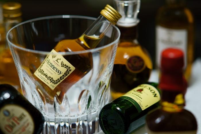 ブランデーの主な原料はぶどうですが、そのほかにも林檎、洋梨、サクランボなどさまざまな果実が使われます。芳醇でフルーティな香りが特徴で、ラム酒やウィスキーに比べると癖が少なく、幅広いお菓子に使えます。