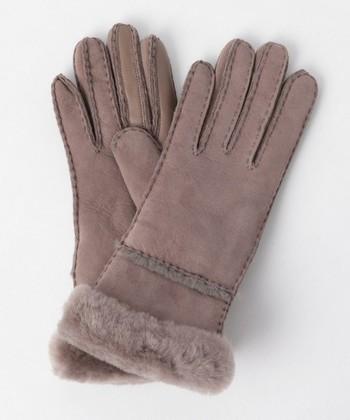 「UGG」ブーツで有名なUGGからはおなじみのシープスキンの手袋も販売されています。グレーカラーは落ち着いた雰囲気で大人の女性にもぴったりです。もこもこのムートンが手を入れた瞬間から優しく手を温めてくれますよ。