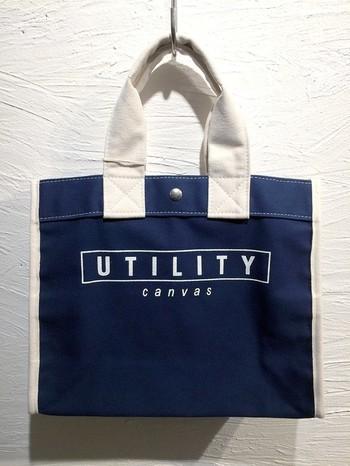 「UTILITY CANVAS」のロゴが入った、シンプルなのにスタイリッシュなキャンバスバッグ。