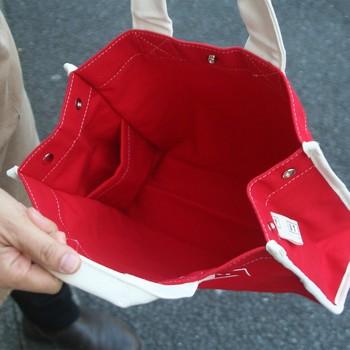 両サイドのマチが広いので、たっぷり入って実用面でも大活躍できるキャンバスバッグなんですよ。ユニセックスなデザインなので、パートナーと兼用しても◎