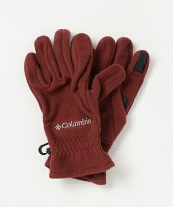 アウトドアブランドの「コロンビア」のこちらの手袋はフリース素材の軽くて暖かい手袋。サーマレーターという体の熱を反射させて保温する素材が使われており、指先はスマホ対応になっています。こちらも左右連結ができるのが嬉しいポイント。