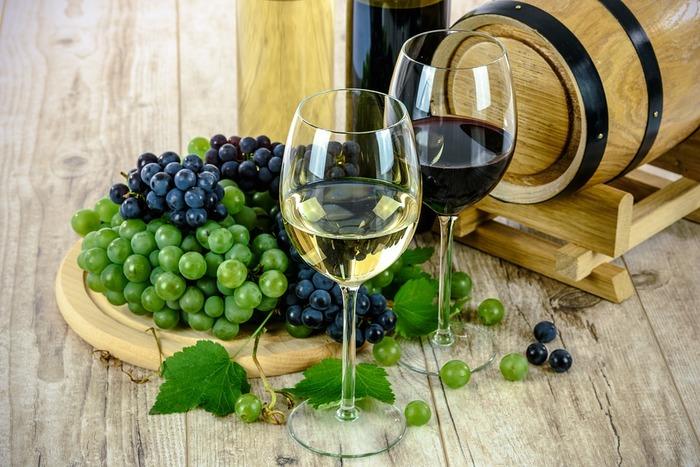 フルーティなワインも大人向けのスイーツ作りによく活躍します。赤ワインやロゼは鮮やかな色合いも綺麗ですし、爽やかな白ワインはフルーツのコンポートやゼリーなどの冷菓にも多く使われます。