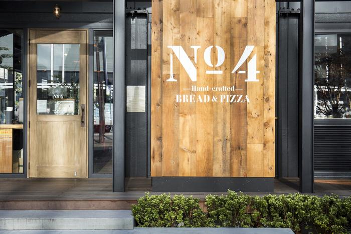 黒が基調のおしゃれなコンテナハウス「No.4」には、流行に敏感な人々が訪れ、日々にぎわっています。このお店で、さまざまな種類のクラフィンが食べられます。