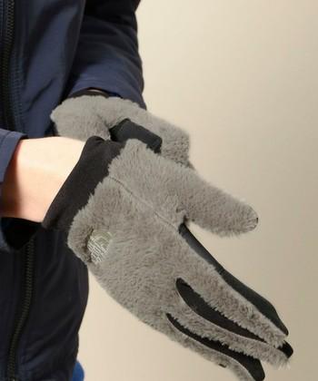 同じザ ノース フェイスですがこちらは可愛らしいもこもこデザインの手袋。ポーラテックという通気性と保温性に優れた軽い素材を使用しており、さすがアウトドアブランド!な暖かさにも期待できます。