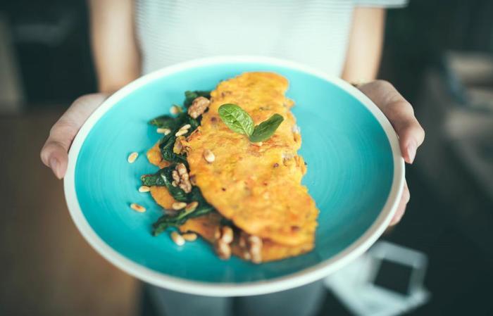 お皿に山盛りにするのもボリューム感があって美味しそうではありますが、余白をもたせて盛り付けると品が出ますよね。お料理とお皿の色とのコーディネートを楽しむこともできます。