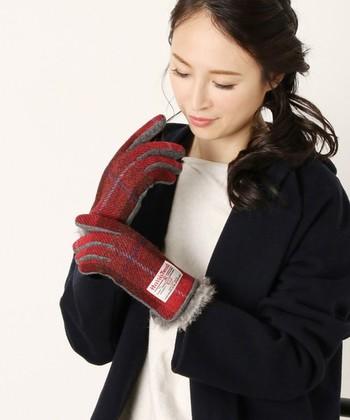 レッド系のツイードも素敵ですね。ダークトーンになりがちな冬のコーデの差し色にも◎。手袋も立派なファッションアイテムなのでコーデにもバランスよく取り入れたいです。