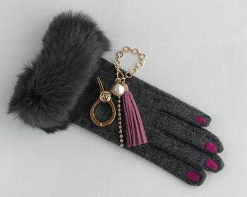 クールなイメージなレザー手袋には、パール&タッセルのチャームがついた華やかなグローブホルダーを♪トータル的にも大人女性の雰囲気でコーディネートもばっちりです。