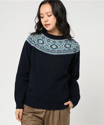 本格派フェアアイルなら、1893年から続く、シェットランド島最古のニットブランドのジャミーソンズ(Jamiesons)のものを。厳選された羊毛を植物の染料で染めた糸で編まれるセーターは、美しい上に軽く暖かいのが特徴です。