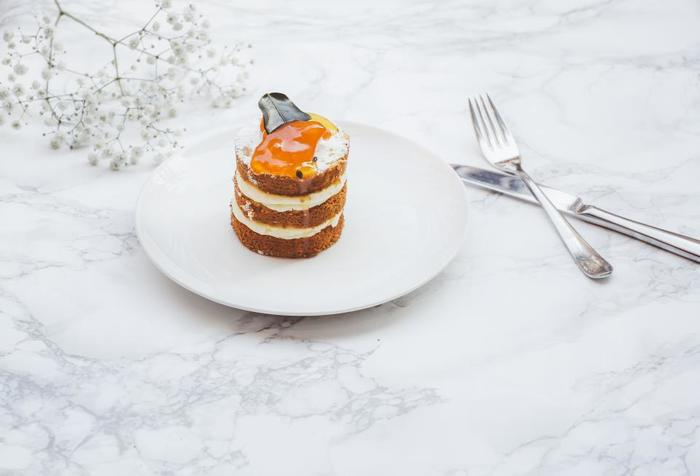 白いお皿に盛り付けると食べ物の色味が強調されます。お料理や素材そのものの色を際立たせたい時には白いお皿に余白を多く取って盛り付けるのがおすすめです。