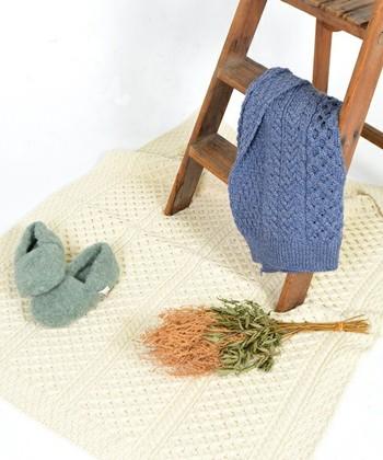 アラン諸島の漁師が着用していたものを起源とするアランセーター。当時の編み模様は、日本の家紋のように家によって異なっていたのだそう。