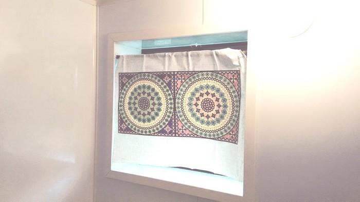 お風呂場の窓を目隠ししたい場合は、撥水素材で作りましょう。100均のリメイクシート・ステンドガラスシート・ゴミ袋を使ったら、簡単に作れちゃいます。ブラインドよりも個性的でおしゃれになりますね。