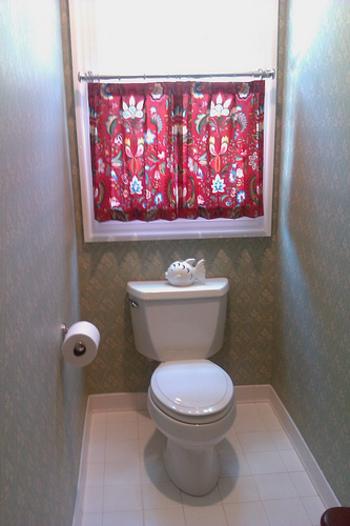 エキゾチックな柄と情熱的な赤が印象的なカフェカーテンは、トイレがぱっと明るくなりますね。