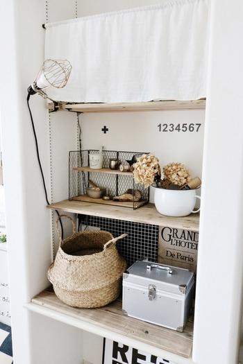 お部屋の雰囲気に合わせてカフェカーテンも白のシンプルなものを。カフェカーテンはちょっとしたスペースでも使えるのでとっても便利です。
