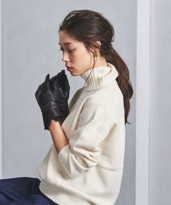 大人の女性のためのアイテム!といった感じがするオールブラックのレザーの手袋も流行や年齢に左右されることなく長く愛用できるファッションアイテム。こちらはさりげなくファーをあしらったスリムなシルエットが素敵です。