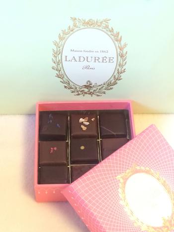 マカロン・パリジャン発祥のお店、「ラデュレ」ですが、チョコレートもあります。 もちろんパッケージは上品なラデュレカラーで、変わらず素敵なデザインです。
