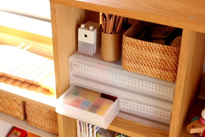 大きなものも細々したものも一気に片付く、三段ボックスと小さなかごやケースの組み合わせ。お部屋のサイズに合わせて連結したりスタッキングできるので、最もおすすめな方法です。同じメーカーで揃えると色もサイズもぴったりで、組み合わせやすいでしょう。