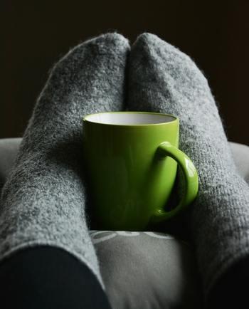 """冷えとりで特に注目されるのは、""""足""""や""""お腹""""。靴下を重ね履きしたり、腹巻きを巻いたりすると、体が冷えにくくなるのを実感できますよね。でも実は、他のある部分が冷えていると、せっかくの冷えとり効果が半減してしまうんです。"""