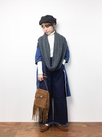 編みが特徴的なスヌードもアクセントにぴったり。個性的なコーデに負けないスヌード使いは真似したくなります。