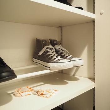 下駄箱の収納が少ない!そんな時は、突っ張り棒と靴箱内の⾼さを活かせば、靴3⾜しか⼊らないところが倍の6⾜に♪