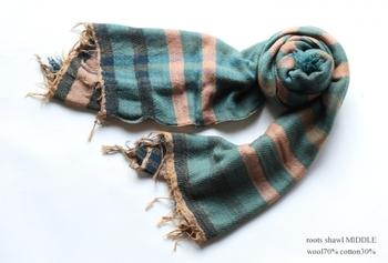 播州織り作家tamaki niime(タマキ ニイメ)の織物は、色にあふれる素敵な作品たちです。ウール70%にコットン30%の配合で、ゆっくり緩く織られた布はとても柔らか。ふんわりした巻き心地に夢中になってしまいます。軽やかさにこだわって織りあげられています。